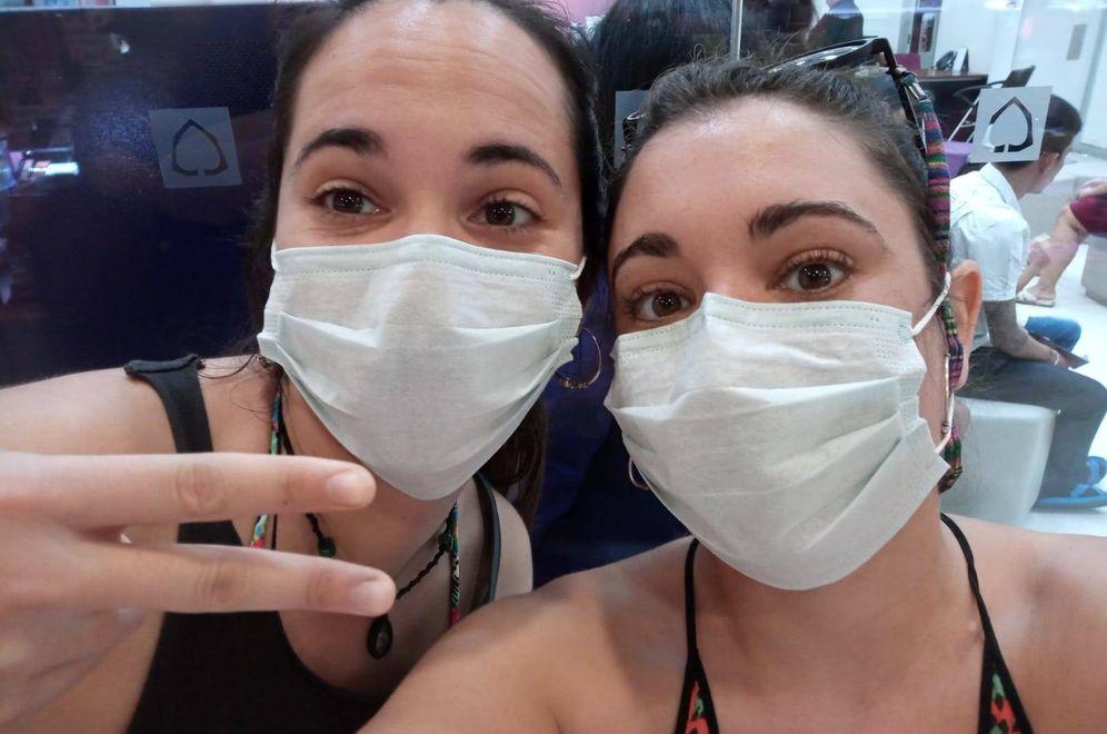 Foto: Laura Aranda y Clara Terradas, en un aeropuerto de Bangkok poco antes de quedarse atrapadas en Filipinas.