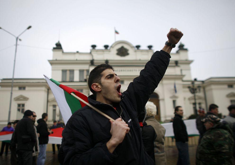 Foto: Un hombre protesta frente al parlamento búlgaro (Reuters)