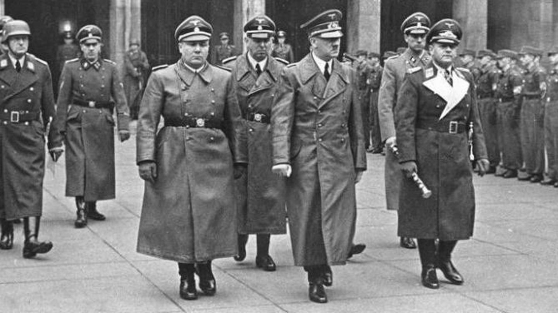 Martin bormann (en primer plano, a la izquierda) junto a hitler, en 1940. (bundesarchiv)