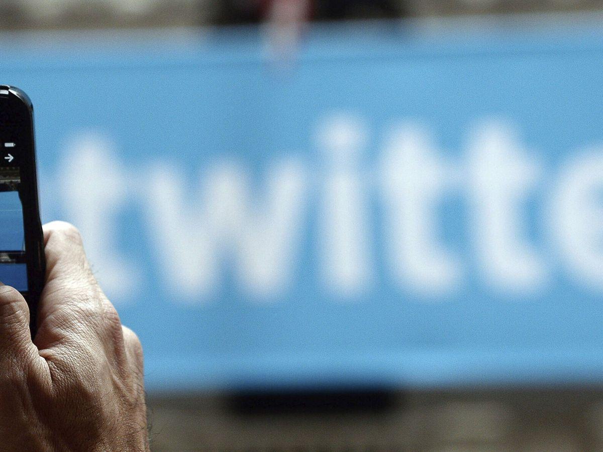 Foto: Un hombre mientras toma una fotografía al logo de Twitter, en Nueva York.