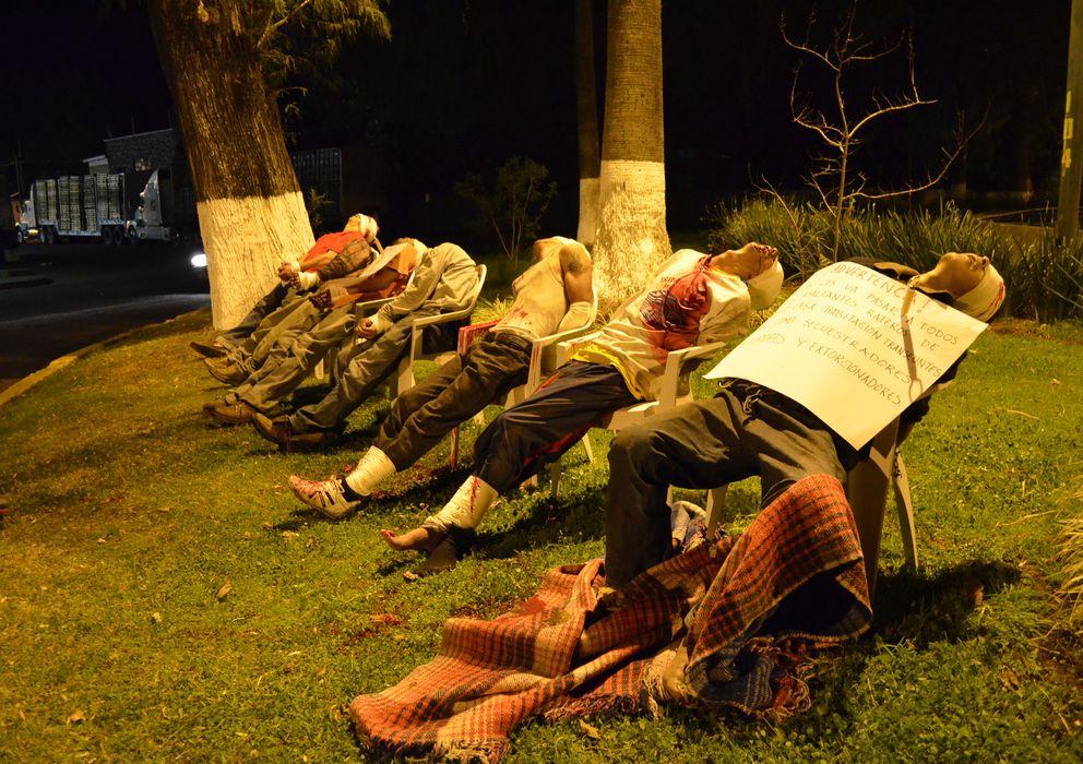 Foto: Los cadáveres de siete supuestos criminales asesinados en las calles de Uruapan, en Michoacán (Reuters).