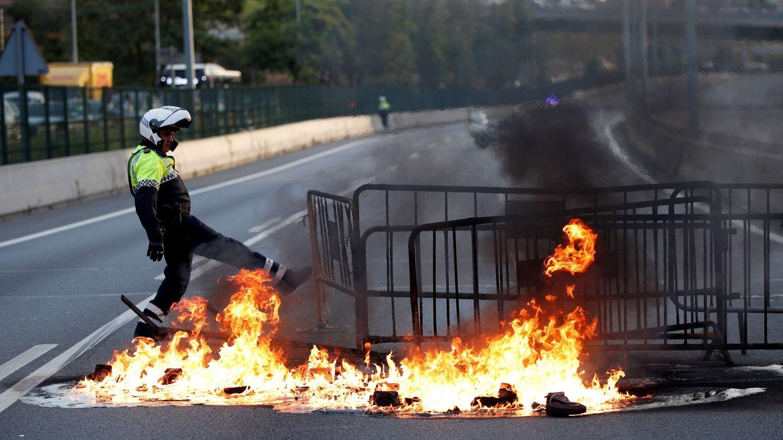 Una barricada de fuego corta la Ronda de Dalt de Barcelona. (EFE)