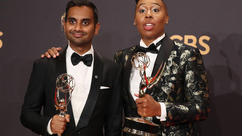 Aziz Ansari y Lena Waithe con su Emmy al mejor guión, por 'Master of None' (Reuters)