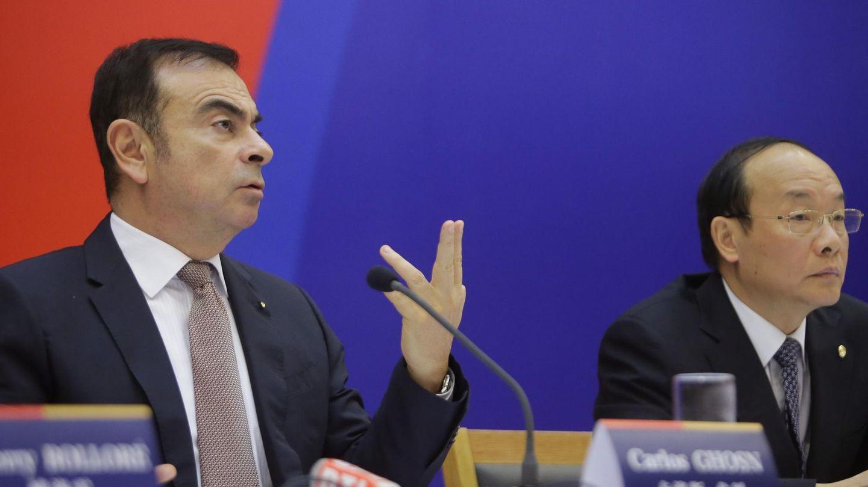 El presidente de Renault, Carlos Ghosn, y el de Dongfeng, Xu Ping. (Reuters)