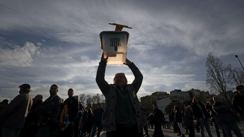 Un hombre levanta una urna electoral en una protesta este martes. (Reuters)