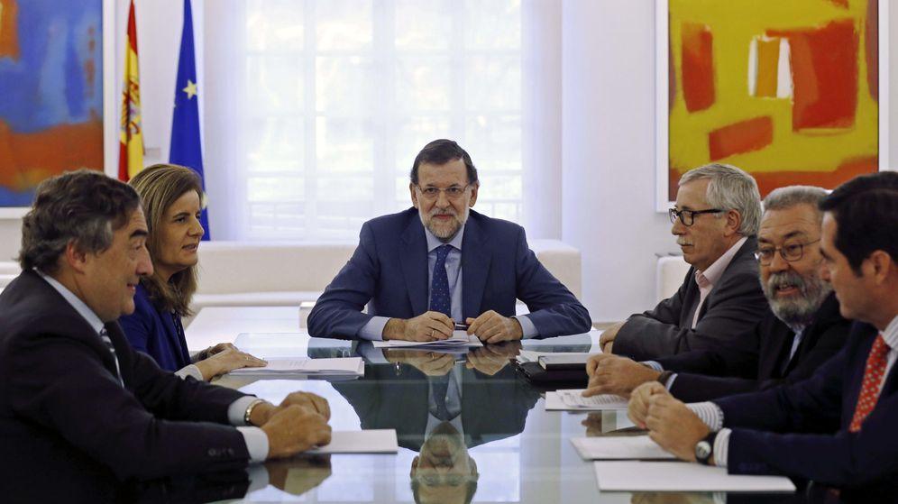 Foto: El presidente del Gobierno, Mariano Rajoy (c), la ministra de Empleo, Fátima Báñez (2i), los presidentes de CEOE y CEPYME, Juan Rosell (i) y Antonio Garamendi (d), Cándido Méndez (2d) e Ignacio Fernández Toxo.