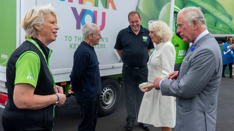 Carlos y Camilla visitan un centro de distribución de Asda en Bristol. (Reuters)