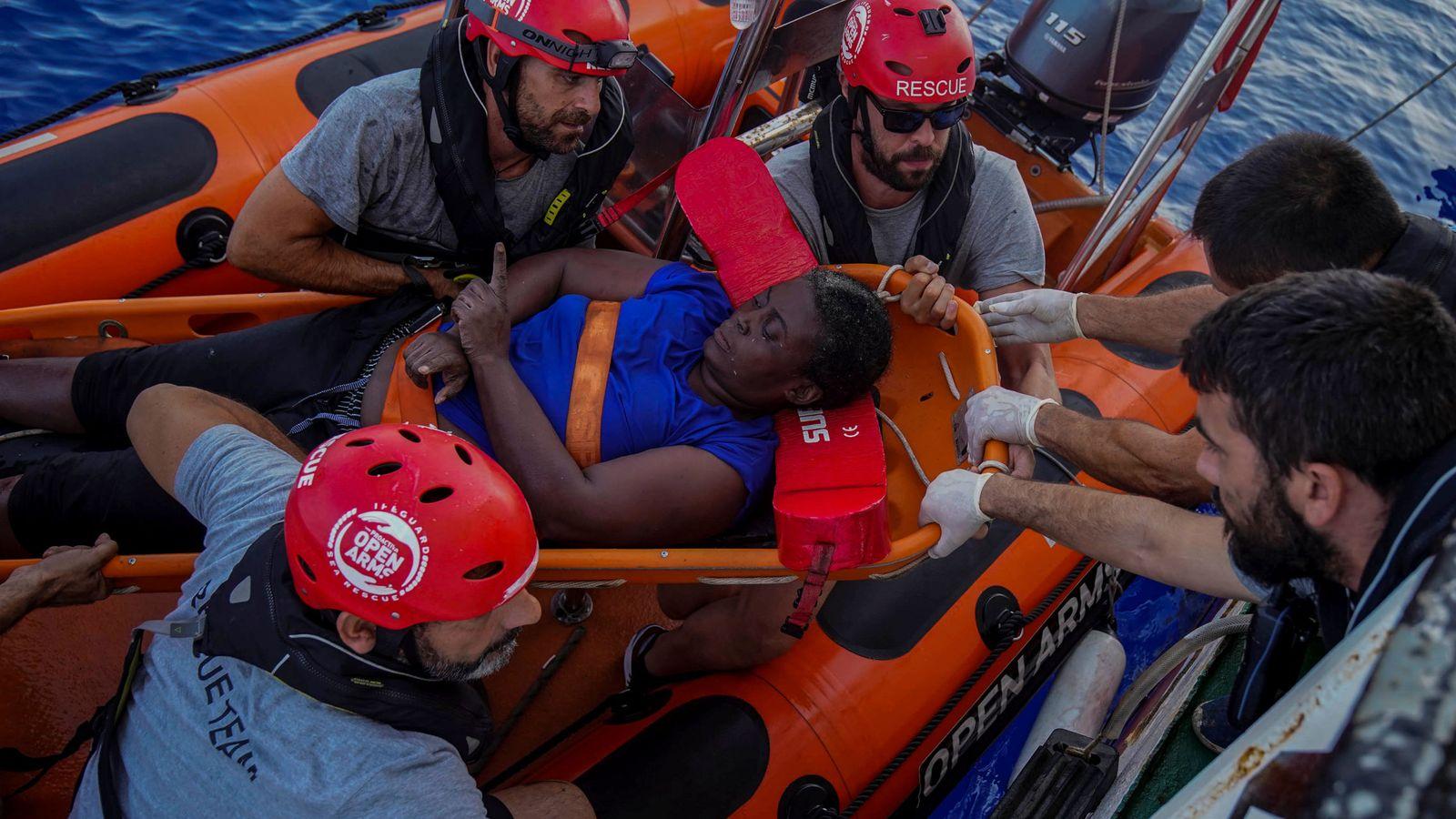 Foto: Marc Gasol, arriba a la derecha, en el momento del rescate en aguas del Mediterráneo. (Reuters)