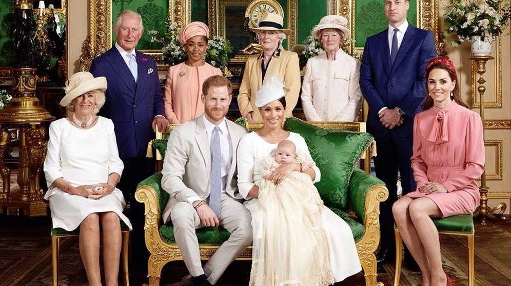 Foto: Los Sussex y su familia en la foto oficial del bautizo de Archie. (IG)