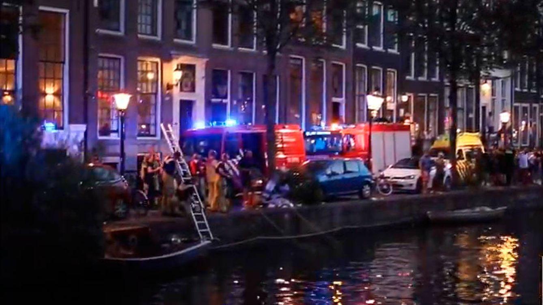 Cuatro británicos lanzan su coche a un canal del barrio rojo de Ámsterdam
