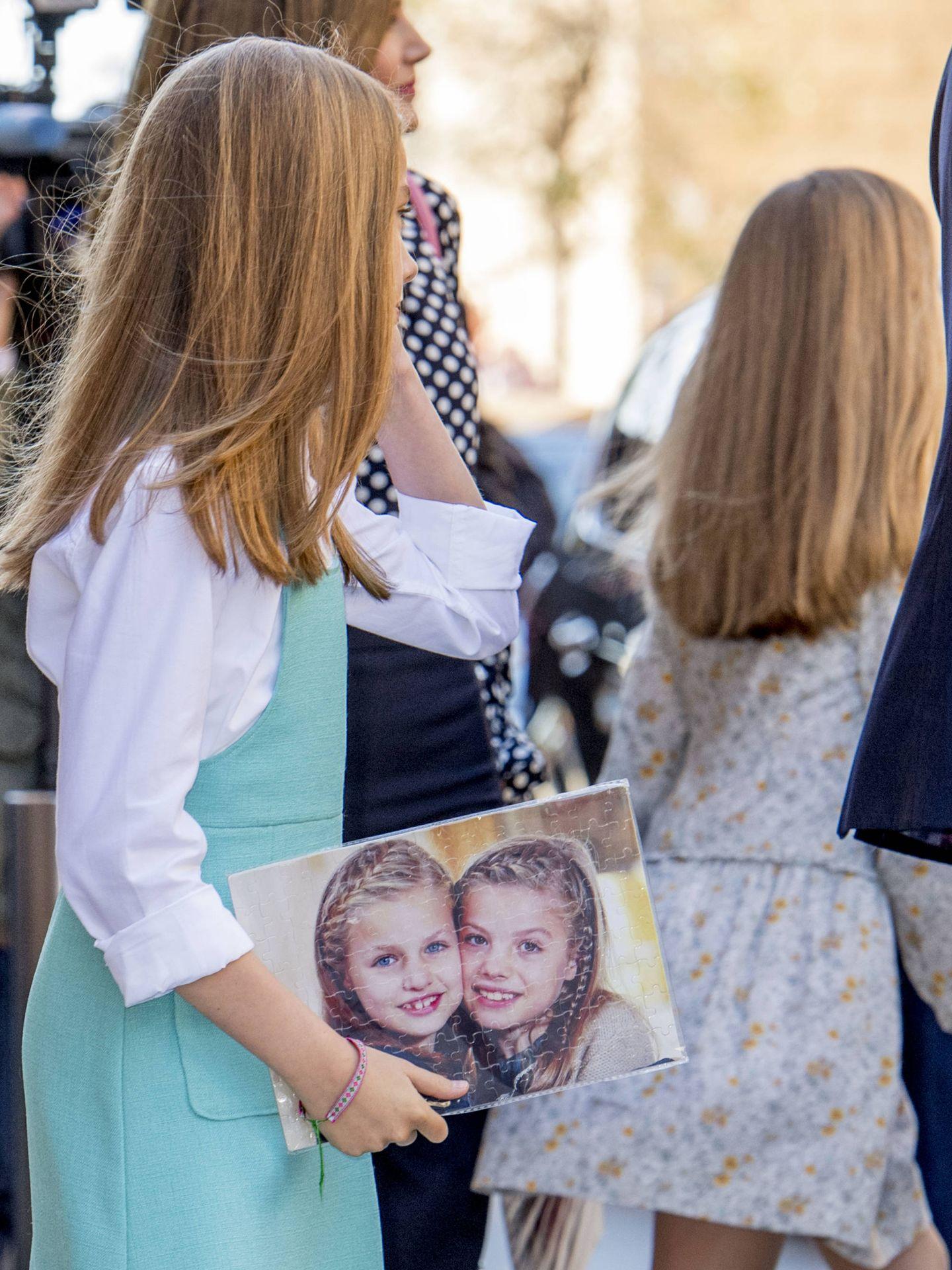 La princesa Sofía y la infanta Leonor cogiendo el puzle. (Gtres)
