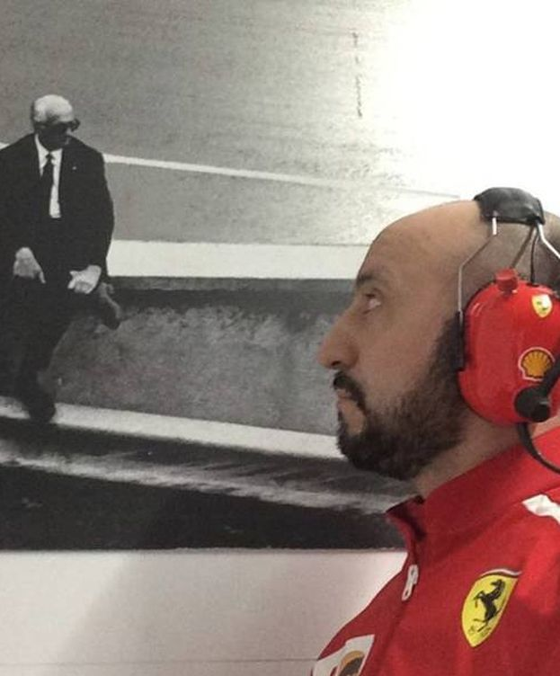 Foto: Francesco Cigarini ante un cuadro de Enzo Ferrari. (Foto: Instagram @francesco.cigarini)
