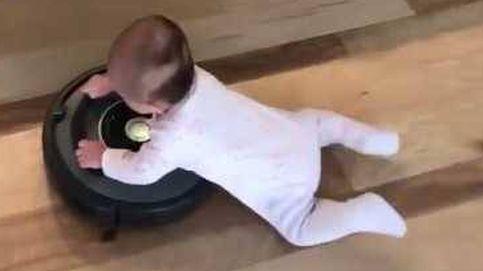 El bebé que recorre su casa montado en un aspirador