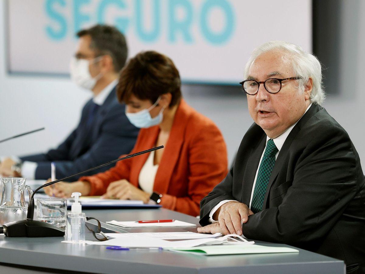 Foto: El ministro de Universidades, Manuel Castells, en primer plano durante la rueda de prensa posterior al Consejo de Ministros. (EFE)