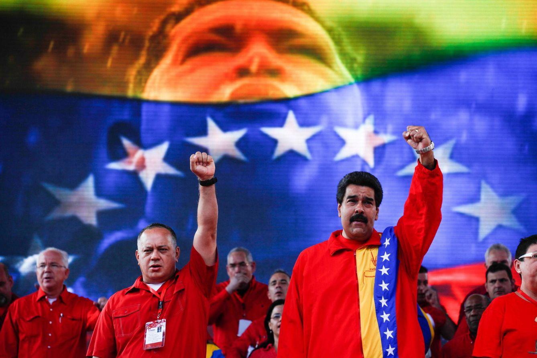Foto: El presidente de Venezuela, Nicolás Maduro, junto al presidente de la Asamblea Nacional, Diosdado Cabello, cantan el himno nacional. (Reuters)