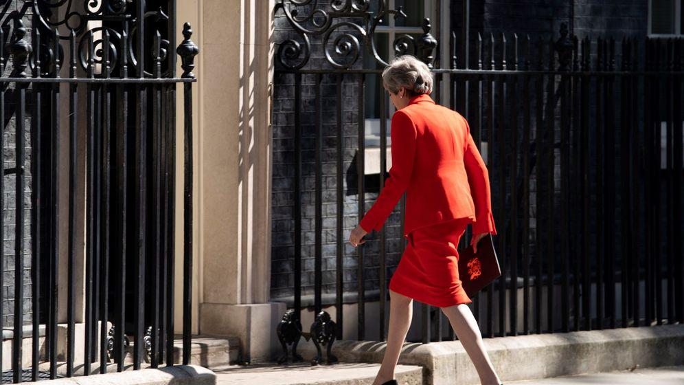 Foto: La primera ministra británica, Theresa May, regresa al interior de Downing Street tras hacer el anuncio de dimisión. (EFE)