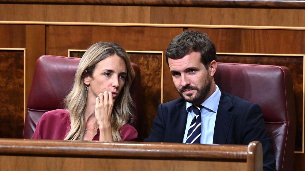 Foto: El líder del PP, Pablo Casado, conversa con la portavoz de la formación en el Congreso, Cayetana Álvarez de Toledo. (EFE)