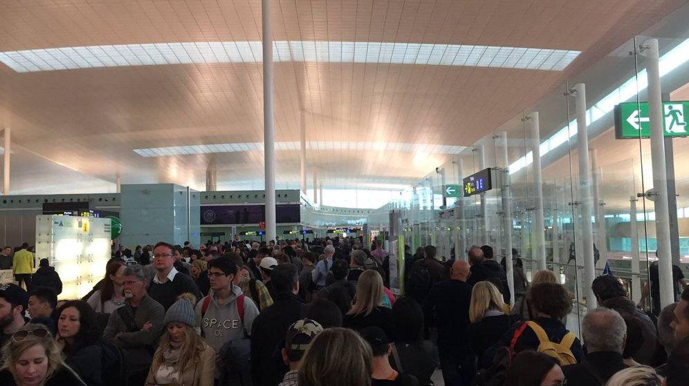 Foto: Filas en el aeropuerto de El Prat para los controles de pasaportes. (Twitter)