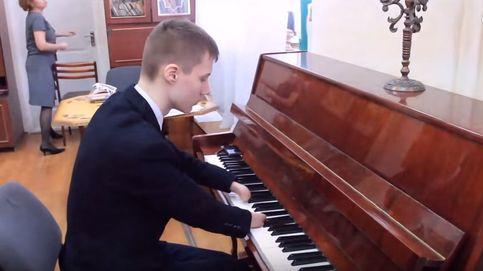 El adolescente de 15 años que toca el piano sin manos conmueve a la Red