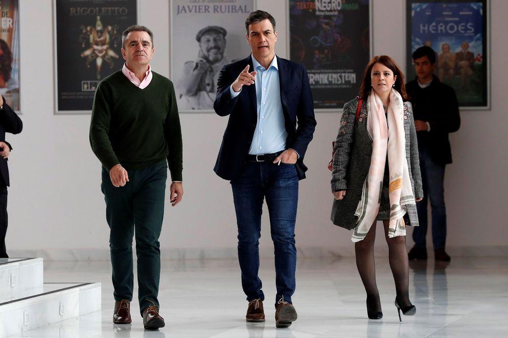 Foto: José Manuel Franco, junto a Pedro Sánchez y Adriana Lastra, el pasado 9 de abril en Coslada. (EFE)
