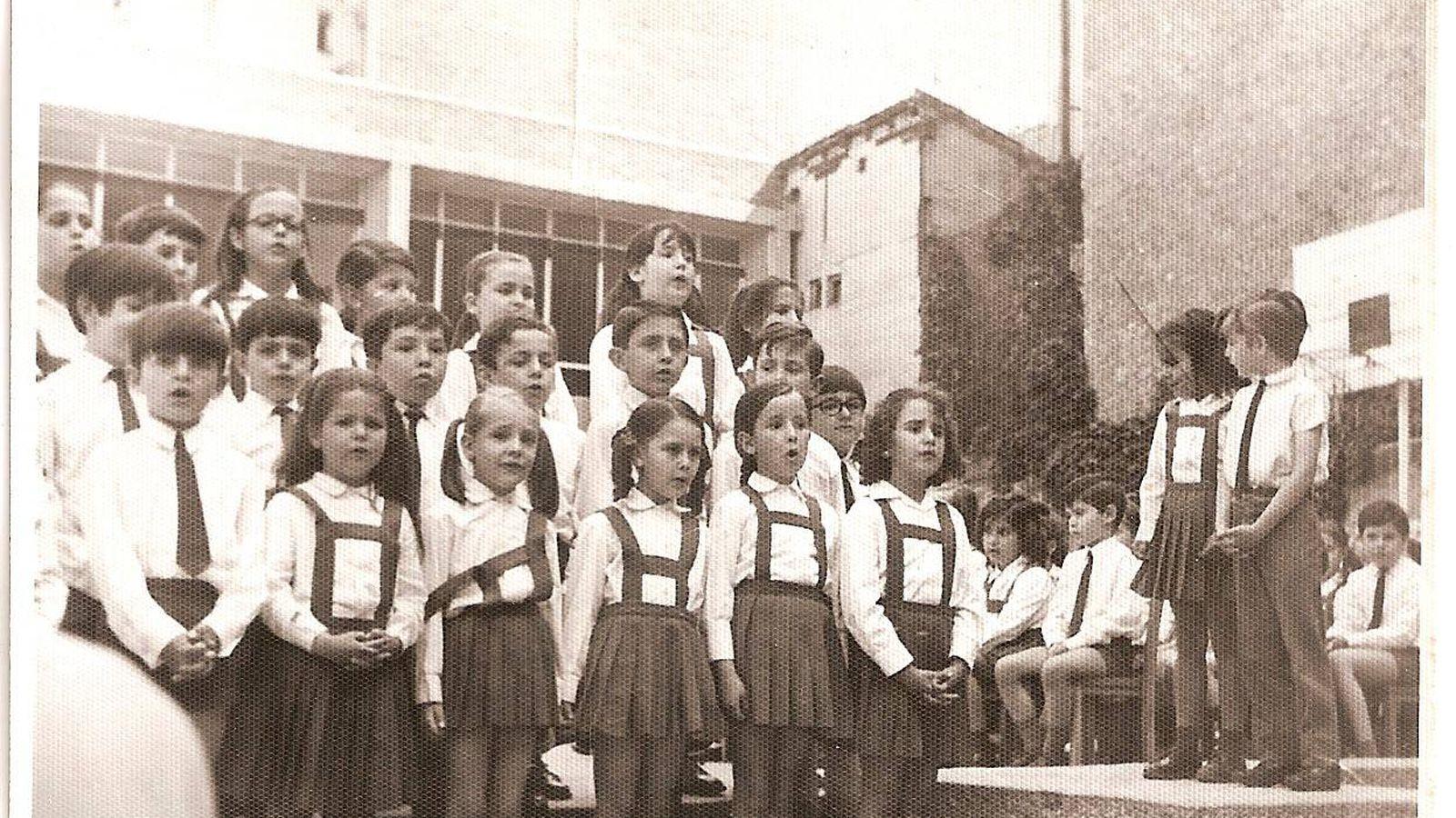 Foto: Un grupo de alumnos del coro canta en el colegio en Martínez Campos. (British Council)
