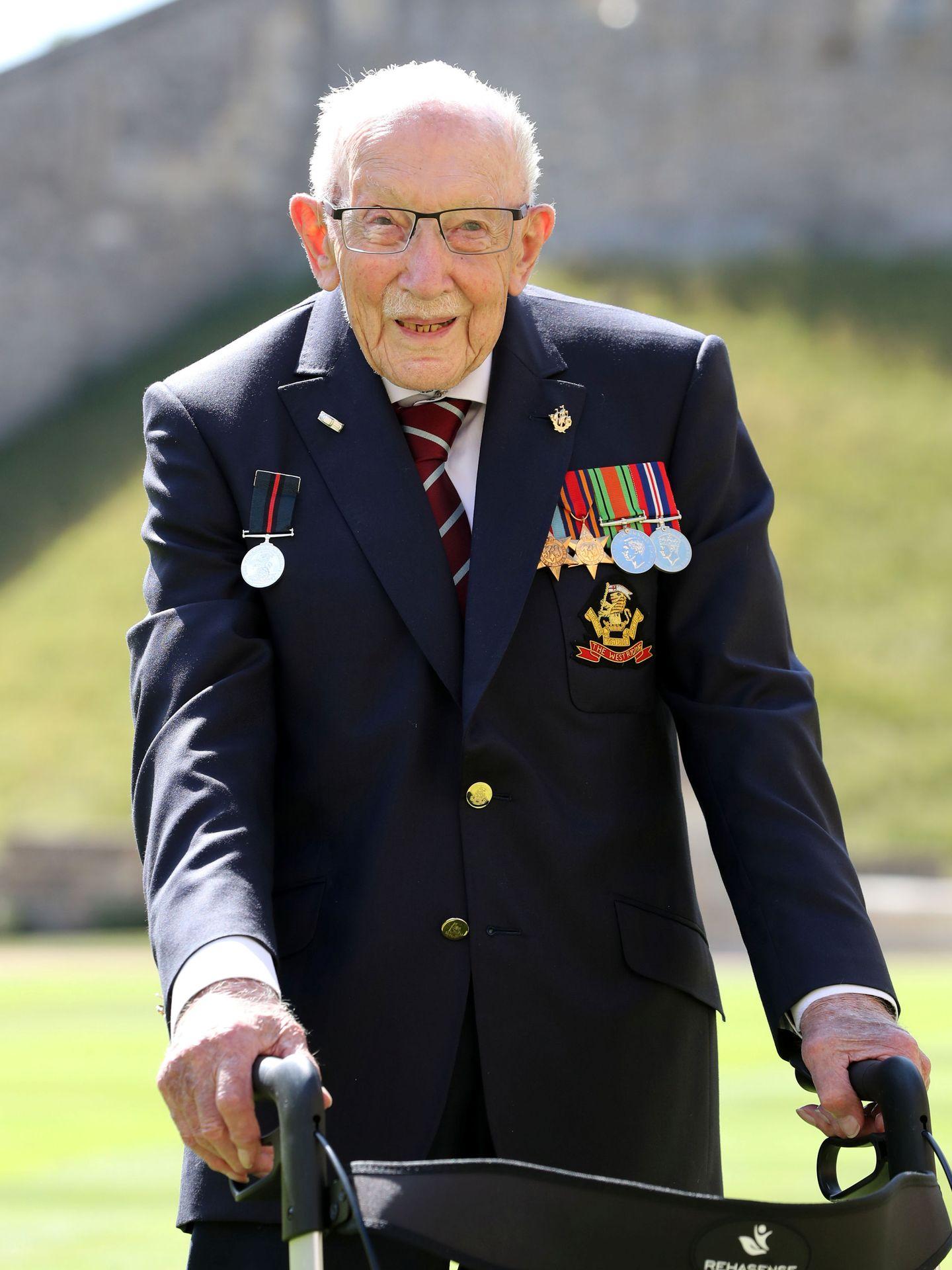 El capitán Tom Moore, en Windsor tras ser nombrado caballero. (Reuters)