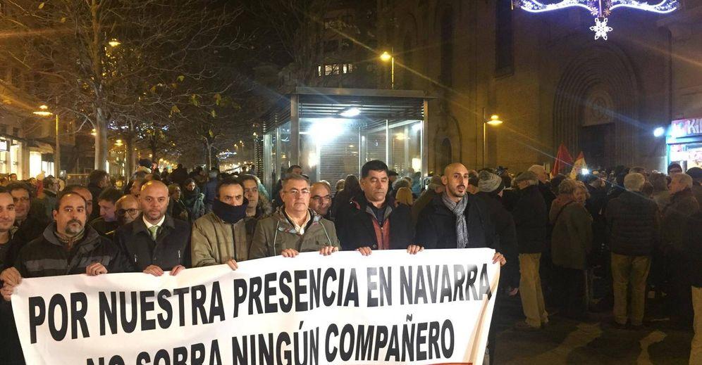 Foto: Participantes en la manifestación de este martes a favor de la Guardia Civil en Pamplona, ante la pancarta que reclama la continuidad de este cuerpo en la Comunidad Foral. (E. C.)