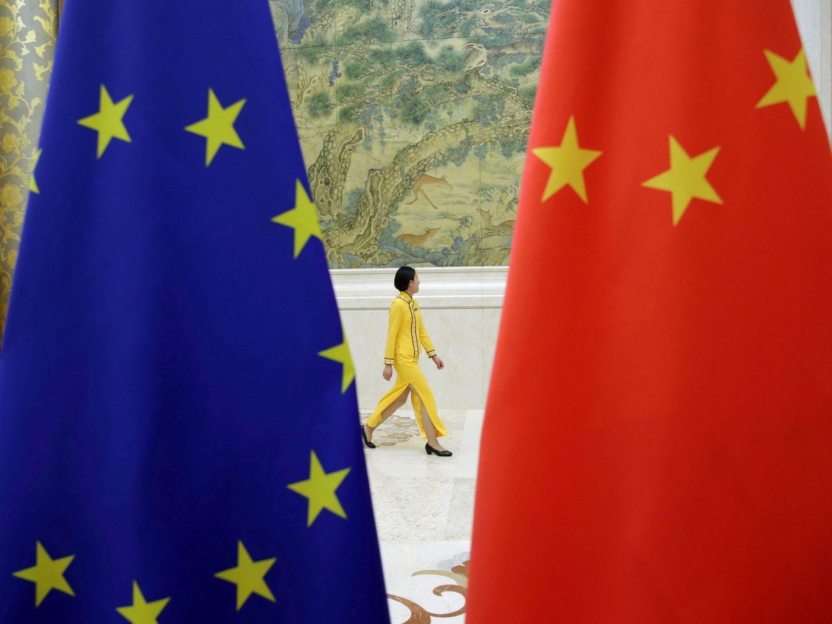 Foto: Bandera europea junto a una china durante un encuentro de alto nivel entre la UE y Pekín. (Reuters)