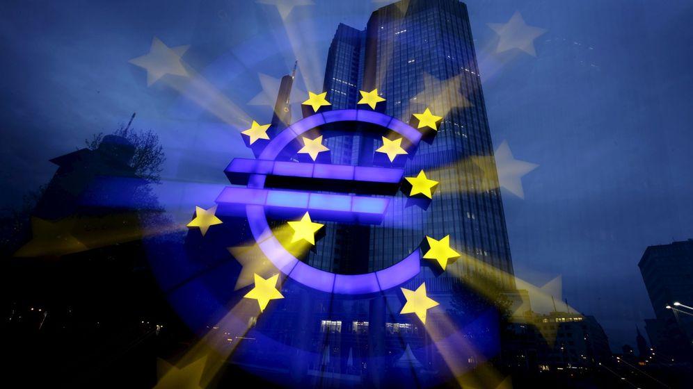 Foto: Símbolo del euro delante del edificio del BCE en Fráncfort (Reuters)