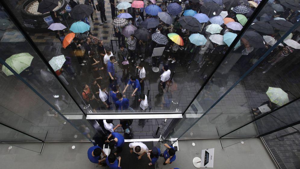 Foto: Clientes haciendo cola para comprar el iPad en una Apple Store. (Reuters/P. K.)