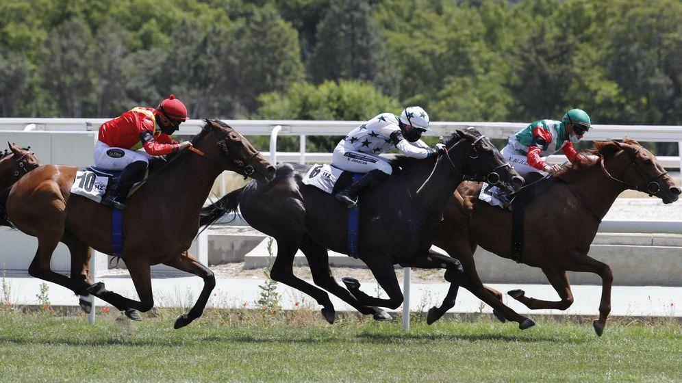 Foto: Carreras de caballos en el Hipódromo de la Zarzuela. (EFE)
