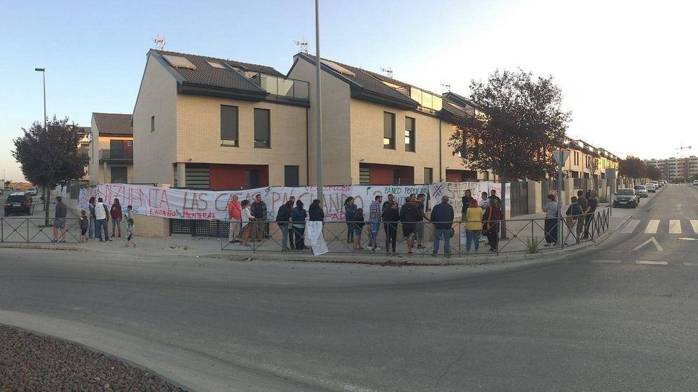 Foto: Manifestación frente a las 60 viviendas sin entregar en Rivas Vaciamadrid.