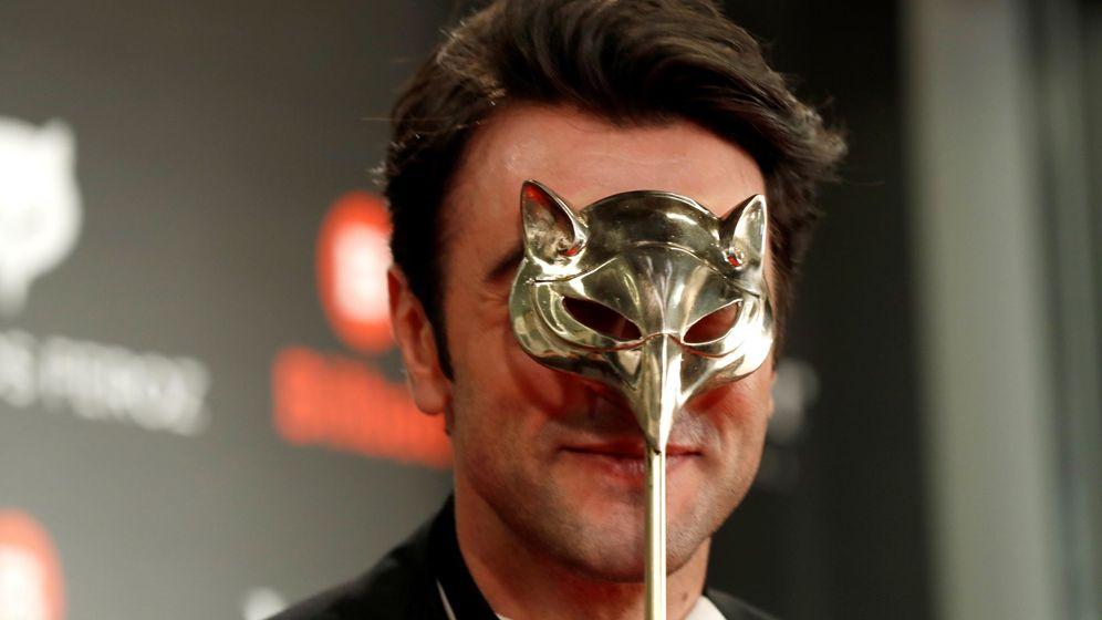 Foto: Javier Rey exhibe el Premio Feroz a Mejor actor protagonista de una serie en 2019. (Efe)