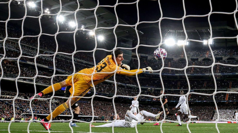 Courtois (i) encaja el primer gol del Manchester City en la ida de octavos de final de la Champions. (EFE)