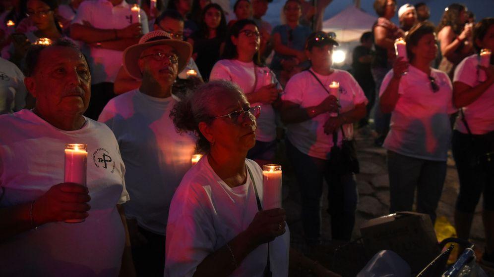 Foto: Un grupo de personas recuerdas a las víctimas del tiroteo en El Paso. (Reuters)