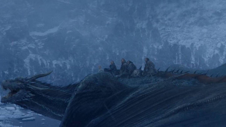 Imagen del sexto capítulo de la séptima temporada con varios personajes subidos sobre Drogon