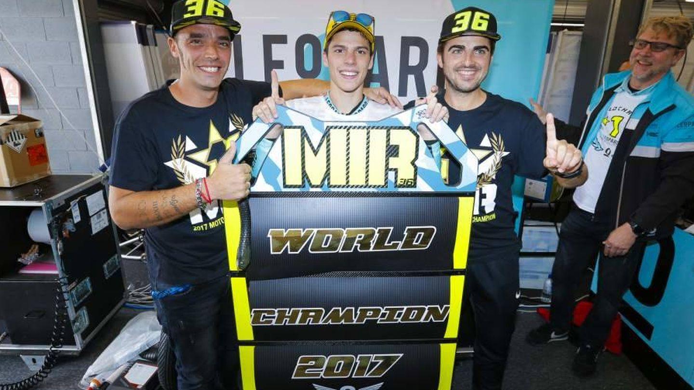 Dani Vadillo, Joan Mir y Tomás Comas, en plena celebración del Mundial de Moto3 en 2017 (LeopardRacing)