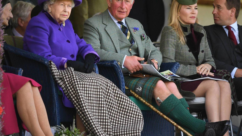 Peter y Autumn Phillips, junto a la reina y el príncipe Carlos el pasado septiembre. (Cordon Press)