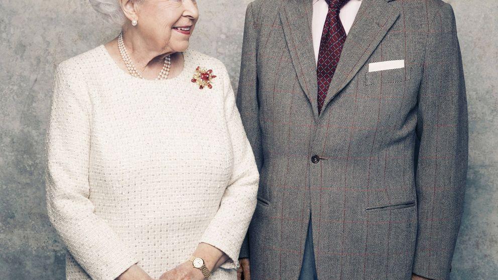 Isabel II y el duque de Edimburgo posan por el 70 aniversario de su matrimonio