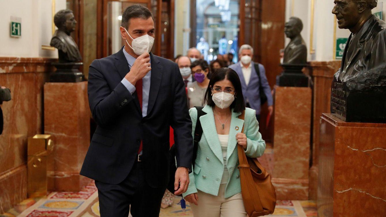 Foto: El presidente del Ejecutivo, Pedro Sánchez, acompañado por la ministra de Sanidad, Carolina Darias. (EFE)
