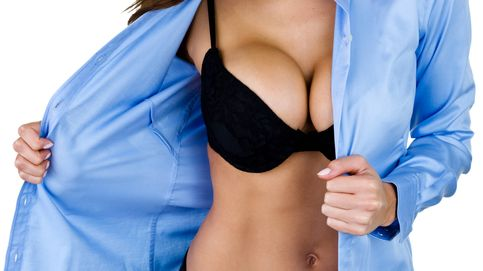 6 cosas que le pasan a las mujeres con grandes pechos (en el trabajo)