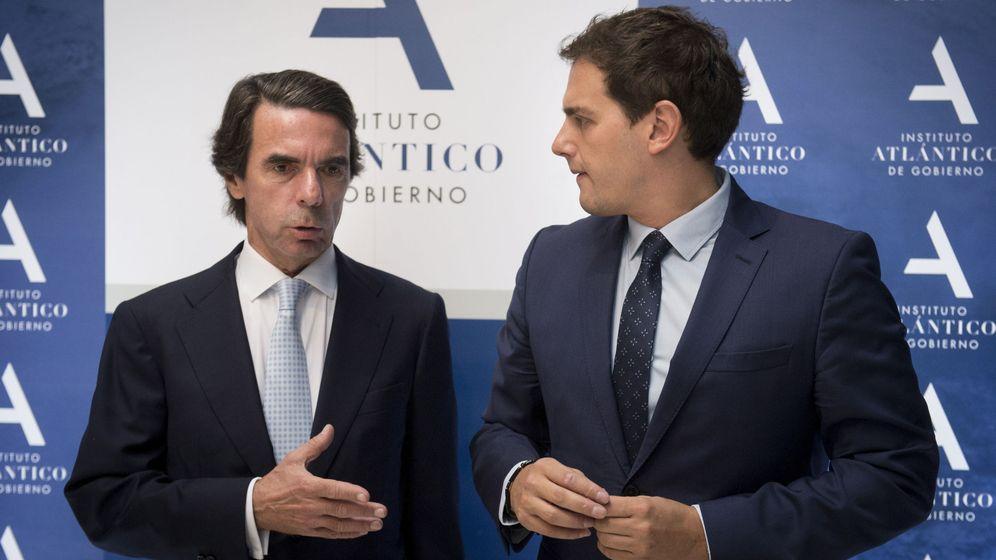 Foto: El presidente de Ciudadanos, Albert Rivera (d), acompañado por el expresidente del Gobierno José María Aznar. (EFE)