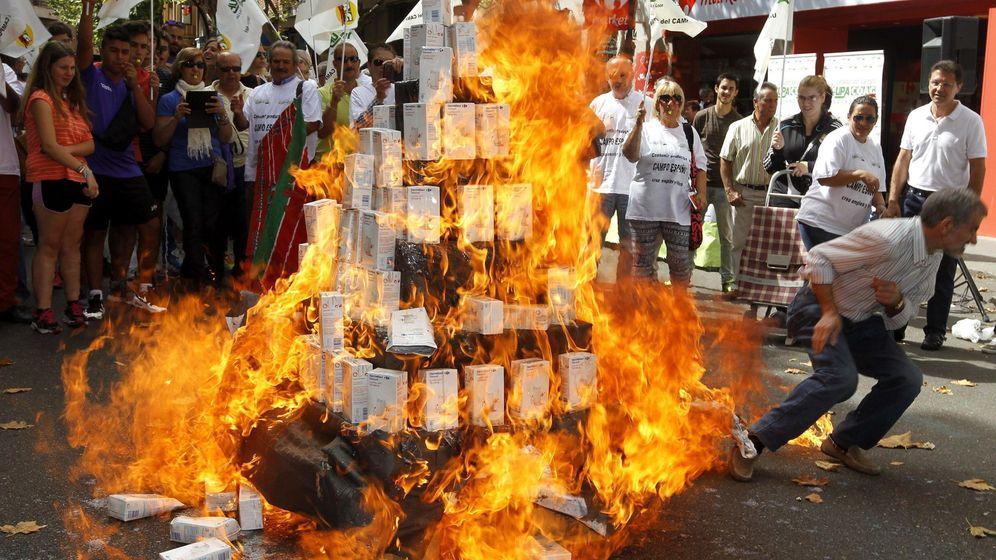 Foto: Ganaderos queman leche de una cadena de distribución francesa. (Efe)