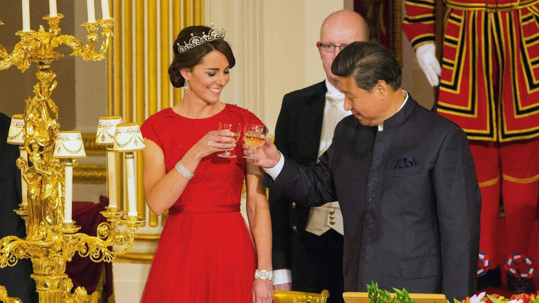 Kate Middleton, brindando en 2015 con el presidente de China. (EFE)