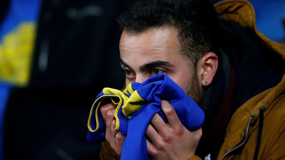 Foto: Un aficionado de Boca Juniors sigue el partido con preocupación. (Reuters)