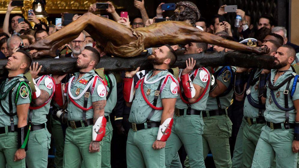 Foto: Un momento del traslado por la Legión del Cristo de Mena de Málaga. (EFE)