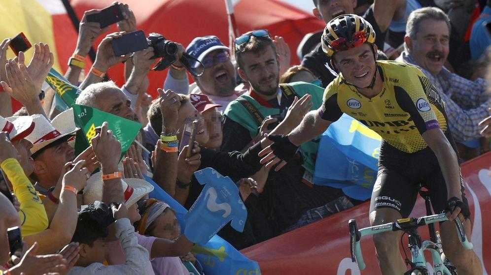 Foto: Sepp Kuss saluda a la afición española antes de cruzar la línea de meta. (EFE)