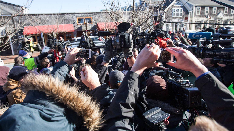 Nube de periodistas persiguiendo el coche de Spacey a la salida del juicio. (Getty)