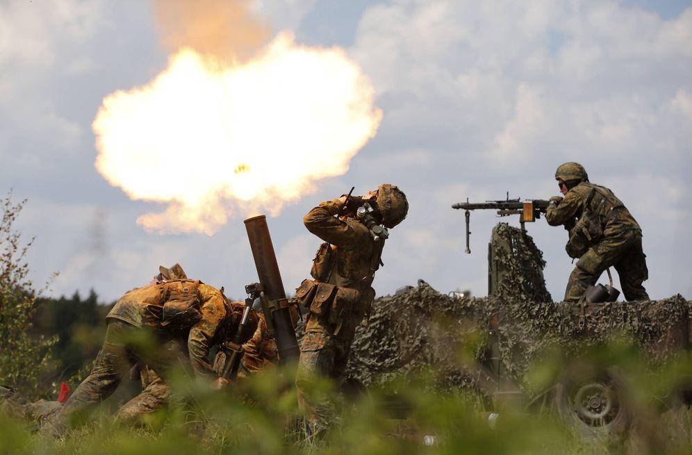 Foto: Militares alemanes del Bundeswehr disparan proyectiles de mortero durante un entrenamiento en Bergen (Reuters).