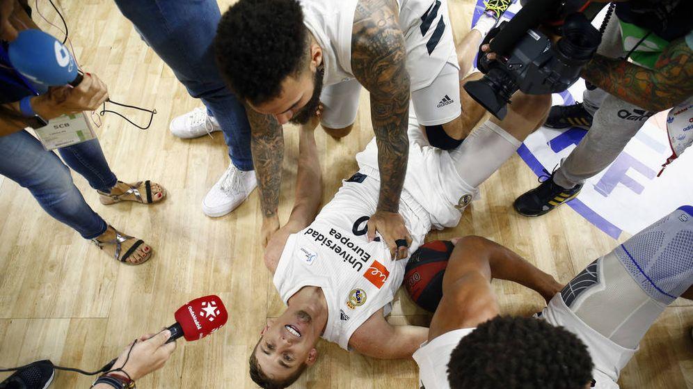 Foto: Jaycee Carroll tumbado en el sueño tras el final del Real Madrid-FC Barcelona de este lunes. (ACB Photo / Emilio Cobos)